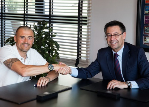 Luis Enrique and Josep Maria Bartomeu shaking hands after the coach renewed his contract (by FC Barcelona)