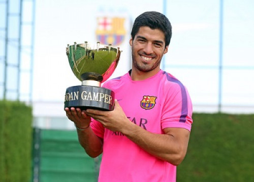 Luis Suárez with the Joan Gamper trophy (by FC Barcelona)