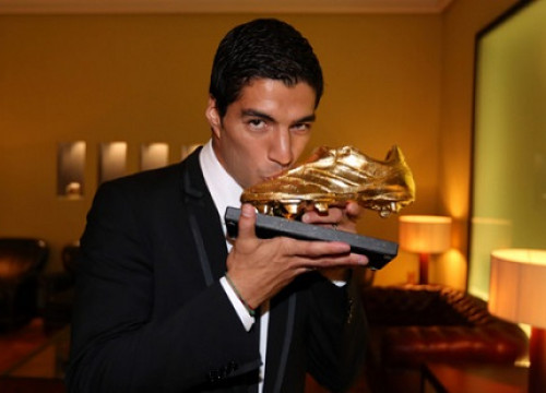 Luís Suárez with the Golden Shoe trophy (by FC Barcelona)