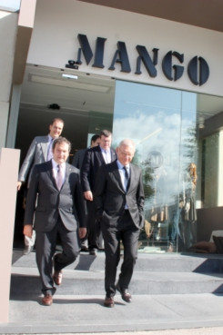 Barcelona's Mayor and Isak Andic visiting Mango's headquarters (by ACN)