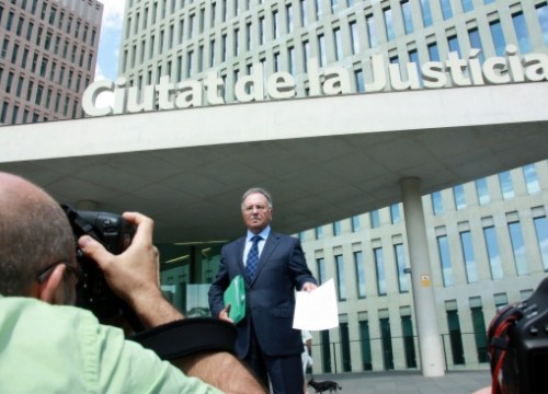 The Secretary General of extreme-right Manos Limpias filing a judicial complaint (by ACN)