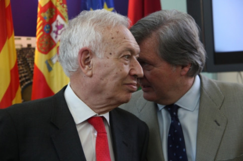 The Spanish Foreign Affairs Minister, José Manuel García-Margallo (left) talking in Barcelona with his Deputy Minister for EU Affairs, Méndez de Vigo (by R. Garrido)