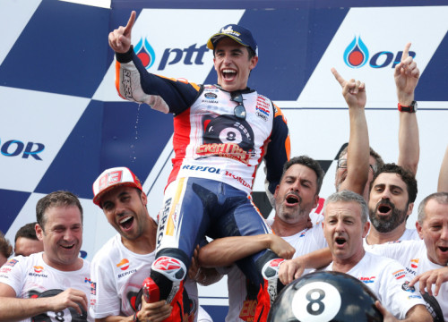 Catalan racer Marc Márquez celebrating his 6th MotoGP title in Thailand on October 6, 2019 (by Soe Zeya Tun/Reuters)