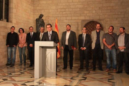 Representatives of the 6 parties supporting the self-determination process and the Catalan President (talking) a few weeks ago (by ACN)