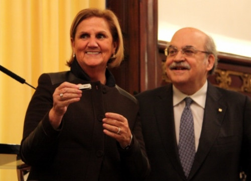 Mas-Colell (right) handing in the USB memory stick with the 2015 budget proposal to the President of the Catalan Parliament, Núria de Gispert (by R. Garrido)