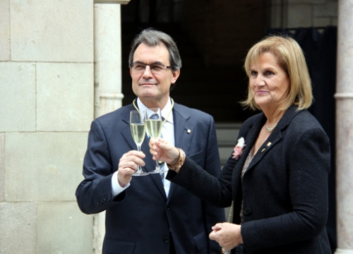 Artur Mas and Núria de Gispert toasting with cava after the swearing-in ceremony (by M. Belmez)