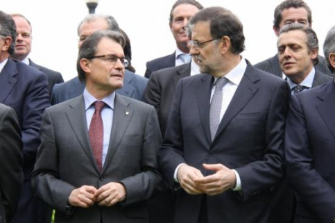 Mas (left) and Rajoy (right) at a family photo with the car industry stakeholders (by P. Mateos)