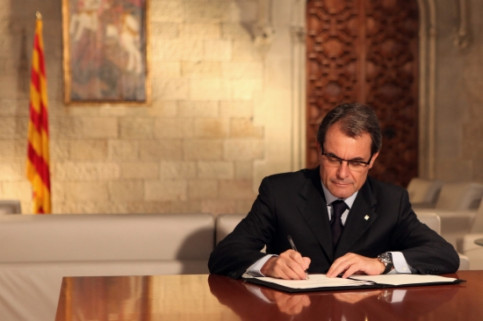 The Catalan President, Artur Mas, signing the dissolution of the current Catalan Parliament (by O. Campuzano)