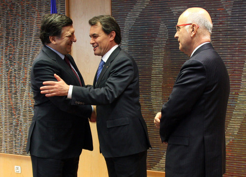 Artur Mas shakes hands with Durao Barroso (left) inthe presence of Duran i Lleida (by R. Correa)