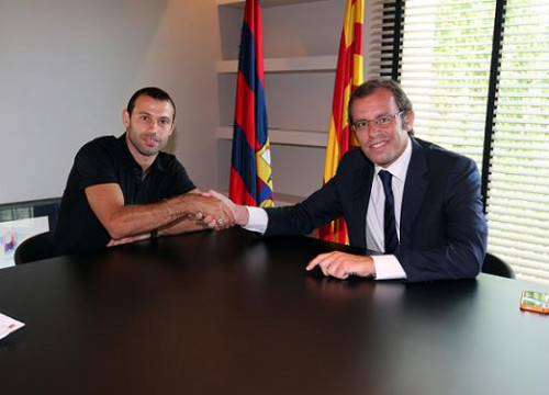 Javier Mascherano and Sandro Rosell signing the player's new contract (by FC Barcelona)