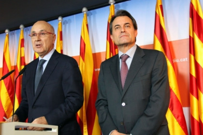 Artur Mas, Catalan President to be, next to Duran i Lleida (with glasses) (by P. Mateos)