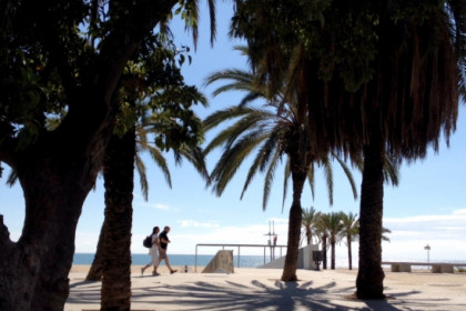 Taking a walk along Mataró's seaside (by ACN)
