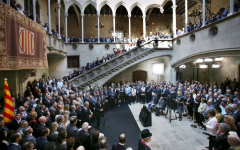 More than 800 Mayors from throughout Catalonia meeting with the Catalan President to hand in the motions backing November's consultation vote (by J. Bedmar)