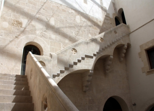 Medieval stairs at the old Royal Palace of Vilafranca del Penedès (by J. Polinario)