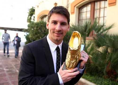 Leo Messi with the Golden Boot Award at Damm's Old Beer Factory in Barcelona, where the ceremony took place (by FC Barcelona)