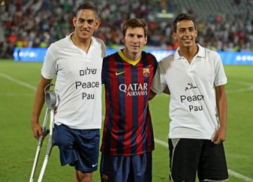 Leo Messi with an Israeli and a Palestine player in Tel Aviv (by FC Barcelona)
