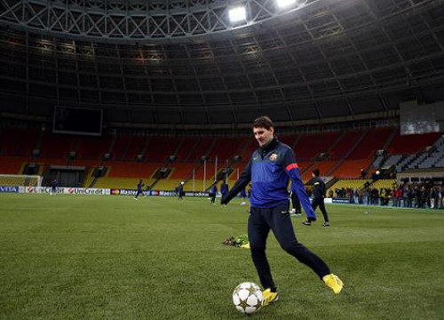 Leo Messi training on Spartak Moscow's Luzhniki Stadium pitch, made of artificial grass (by FC Barcelona)