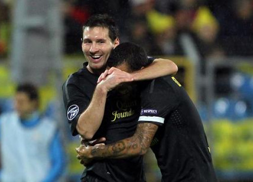 Dani Alves congratulates Leo Messi after one of his goals against BATE Borisov (by FC Barcelona)