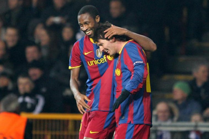 Keita congratulates Messi after his goal (by FC Barcelona)