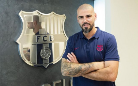 Víctor Valdés poses with a FC Barcelona crest during his time as manager of the youth team (by FC Barcelona)