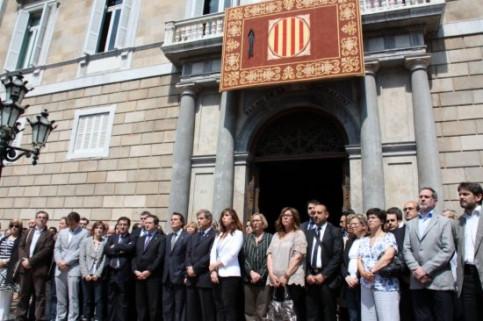 Part of the Catalan political class in front of the Catalan Government's palace, honouring Lorca's victims (by P. Mateos)