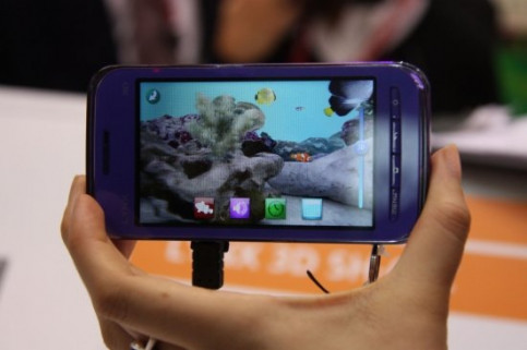A new mobile phone with a 3-D camera presented at the MWC (by J. Pueyo)