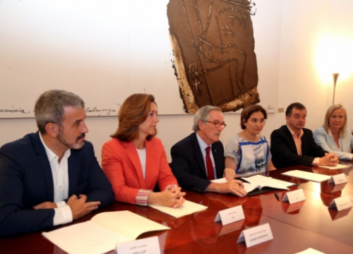 The current Mayor of Barcelona, Xavier Trias (centre) surrounded by the main representatives from the other parties present at the new City Council (by ACN)