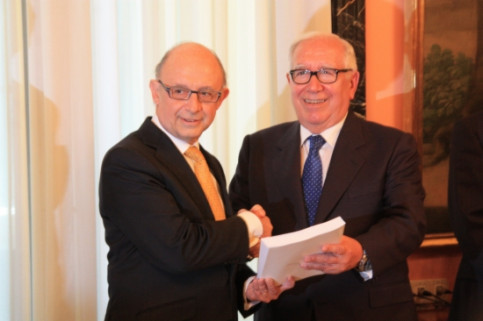 Montoro (left) receiving the report from Lagares (right) on Thursday (by ACN)