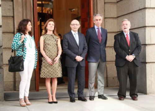 The Spanish Finance Minister, Cristóbal Montoro (centre), surrounded by his team on Tuesday (by X. Vallbona)