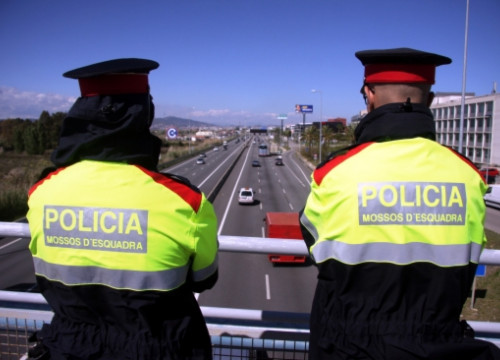 Catalan Police controlling one of the highways accessing Barcelona (by B. Cazorla)
