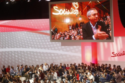 Pere Navarro while receiving a standing ovation from the PSOE representatives (by PSOE)