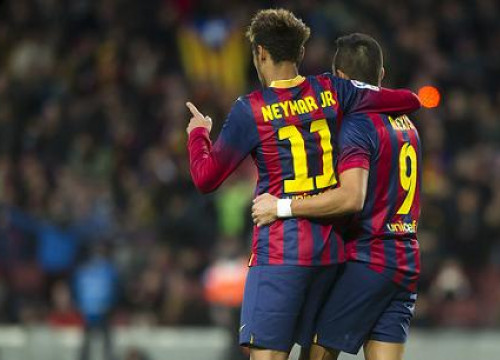 Neymar hugs Alexis, who scored Barça's third goal against Granada (by FC Barcelona)
