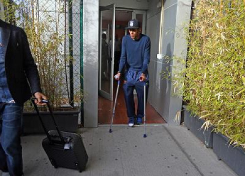 Neymar has an ankle injury and uses crutches (by FC Barcelona)
