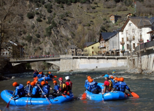 Tourists enjoying rafting at the Noguera-Pallaresa river, in the Catalan Pyrenees (by ACN)