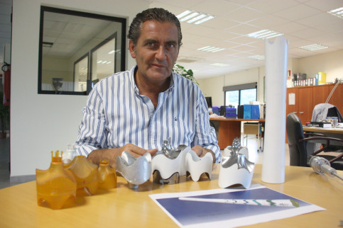 President of Recam Làser, Pere Barrios, with the pieces of the Olympic Games in Rio 2016 (by ACN)