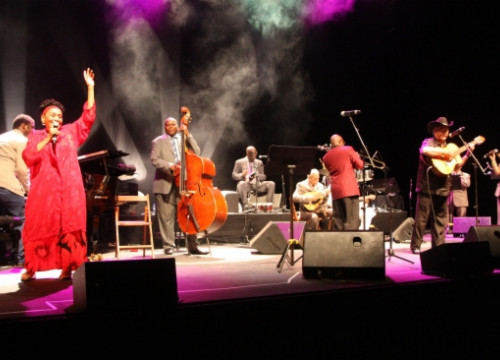 One of the Porta Ferrada Festival's concerts, with Omara Portuondo and Eliades Ochoa (by X. Pi)