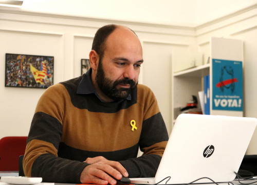 The spokesperson of Òmnium Cultural, Marcel Mauri, works at the headquarters of the organization (by ACN)