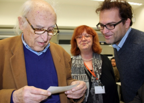 Oriol Maspons supervising how his personal archive was transferred to the MNAC (by M. Amengual)