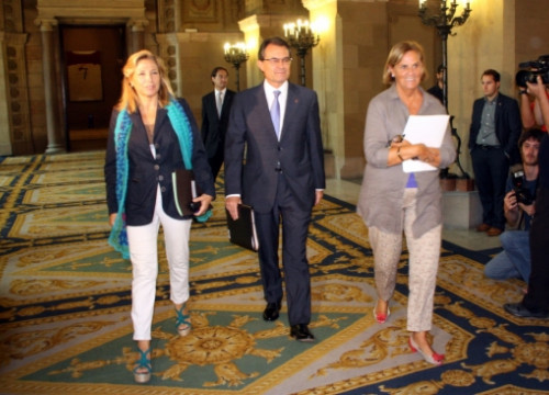 Artur Mas (centre) going towards the parliamentary committee room, walking with the Catalan Government's Vice President (left) and the President of the Catalan Parliament (right) (by R. Garrido)
