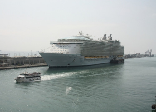 The Oasis of the Seas in the Port of Barcelona this last weekend (by J. Pérez)