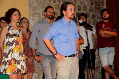 Pablo Iglesias talking in Barcelona on Monday evening, next to ICV-EUiA leaders (by ACN)