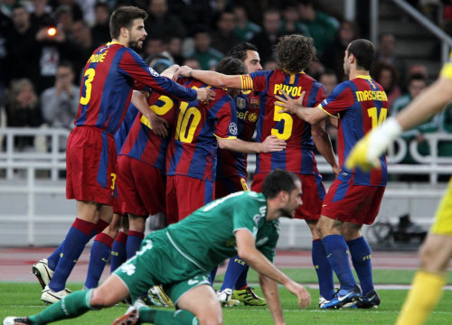 Barça players celebrate Pedro's second goal (by FC Barcelona)