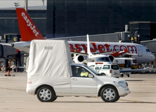 The vehicle that will transport the Pope has arrived to Barcelona (by ACN)