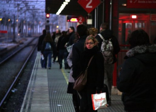 A passenger waits for the train to come at Mataró station (by J. Pujolar)