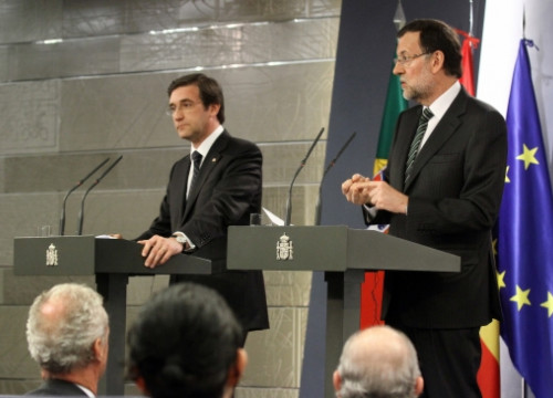 Mariano Rajoy (right) with the Portuguese Prime Minister, Passos Coelho (left), on Monday (by La Moncloa)