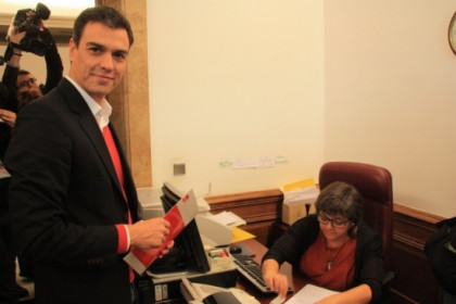 Pedro Sánchez filing the petition to launch a Constitutional Reform (by R. Pi de Cabanyes)