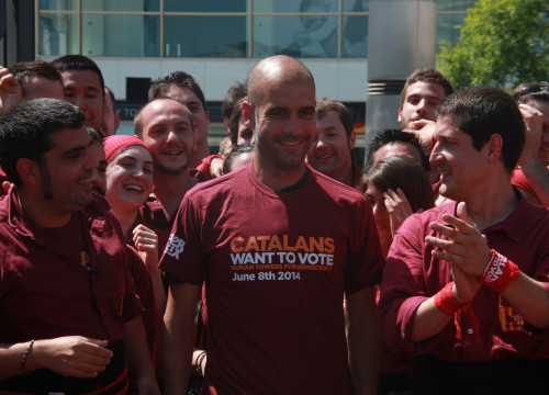 Manchester City's Manager, Catalan Pep Guardiola wearing a T-shirt reading 'Catalans want to vote' (by ACN)