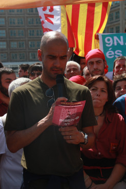 FC Bayern Munich's Manager, Catalan Pep Guardiola, reading the manifesto in Berlin (by J. Pujolar)