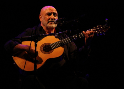 Peret singing with his guitar (by ACN)