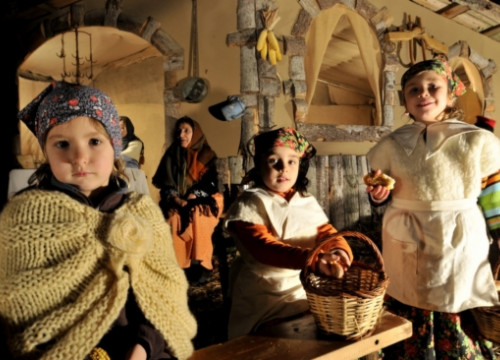 Children at the Castell d'Aro's Nativity scene (by ACN / Castell d'Aro Nativity Scene Association)